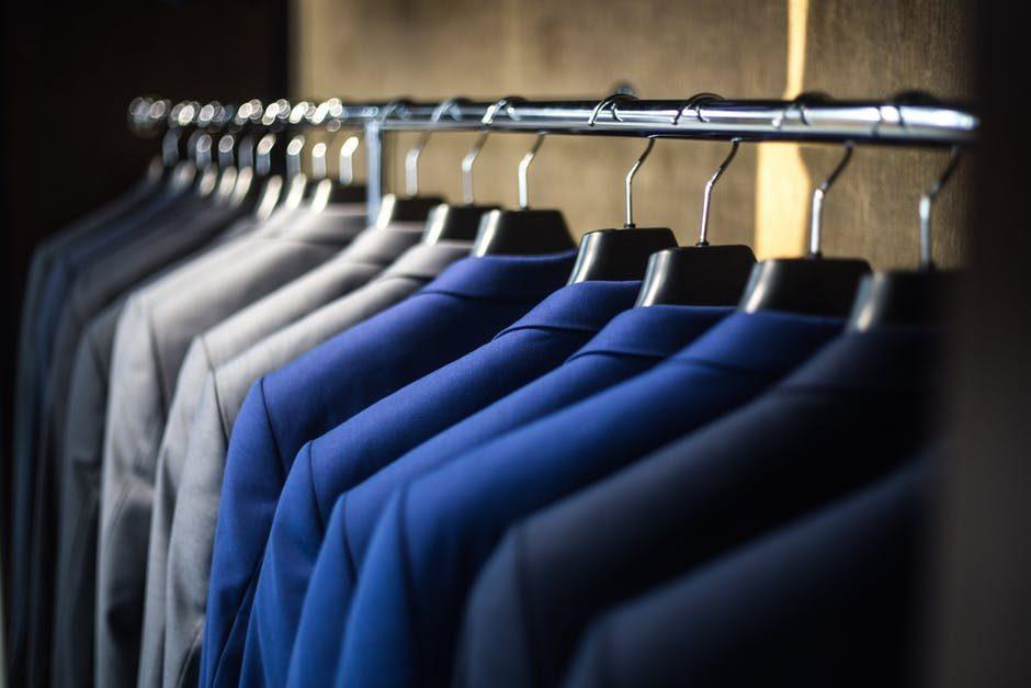 22032cb7271c8 「人と同じでは差別化はできない」という観点からお伝えしますと、2〜5万円のスーツは選択肢から外して良いかと思います。これくらいの価格帯だと、人とかぶることも  ...